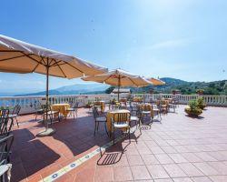 Hotel_a_Sorrento_Hotel_Jaccarino_bar_con_tavolini_con_vista_mare